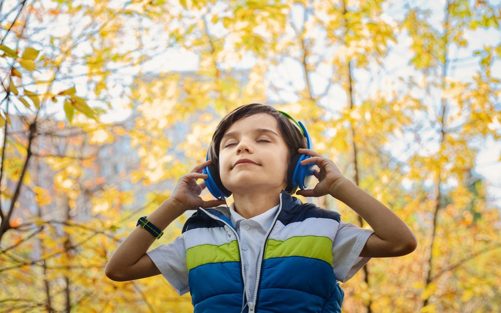 Chlapec poslouchá hudbu