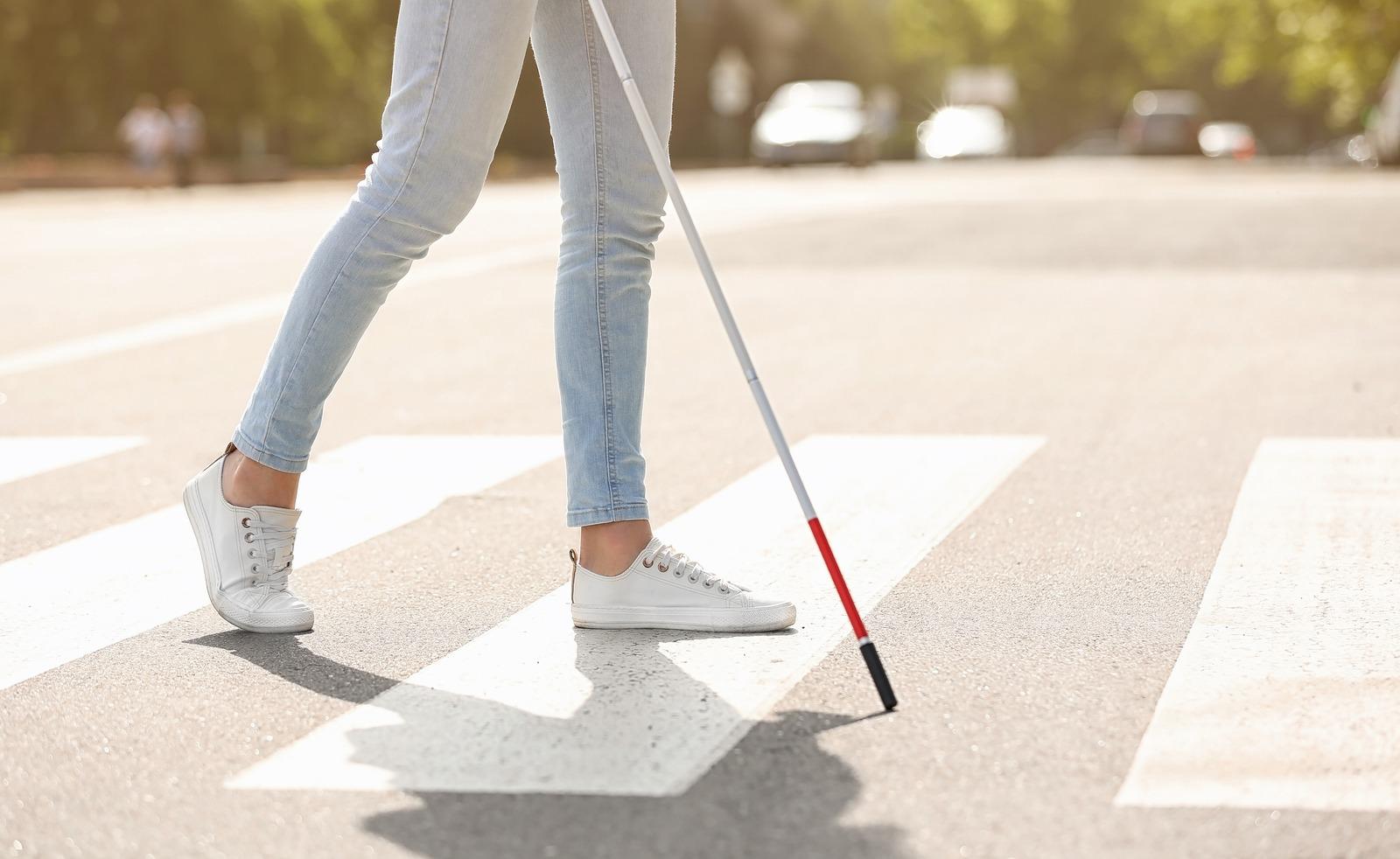 Nevidomá žena na přechodu pro chodce